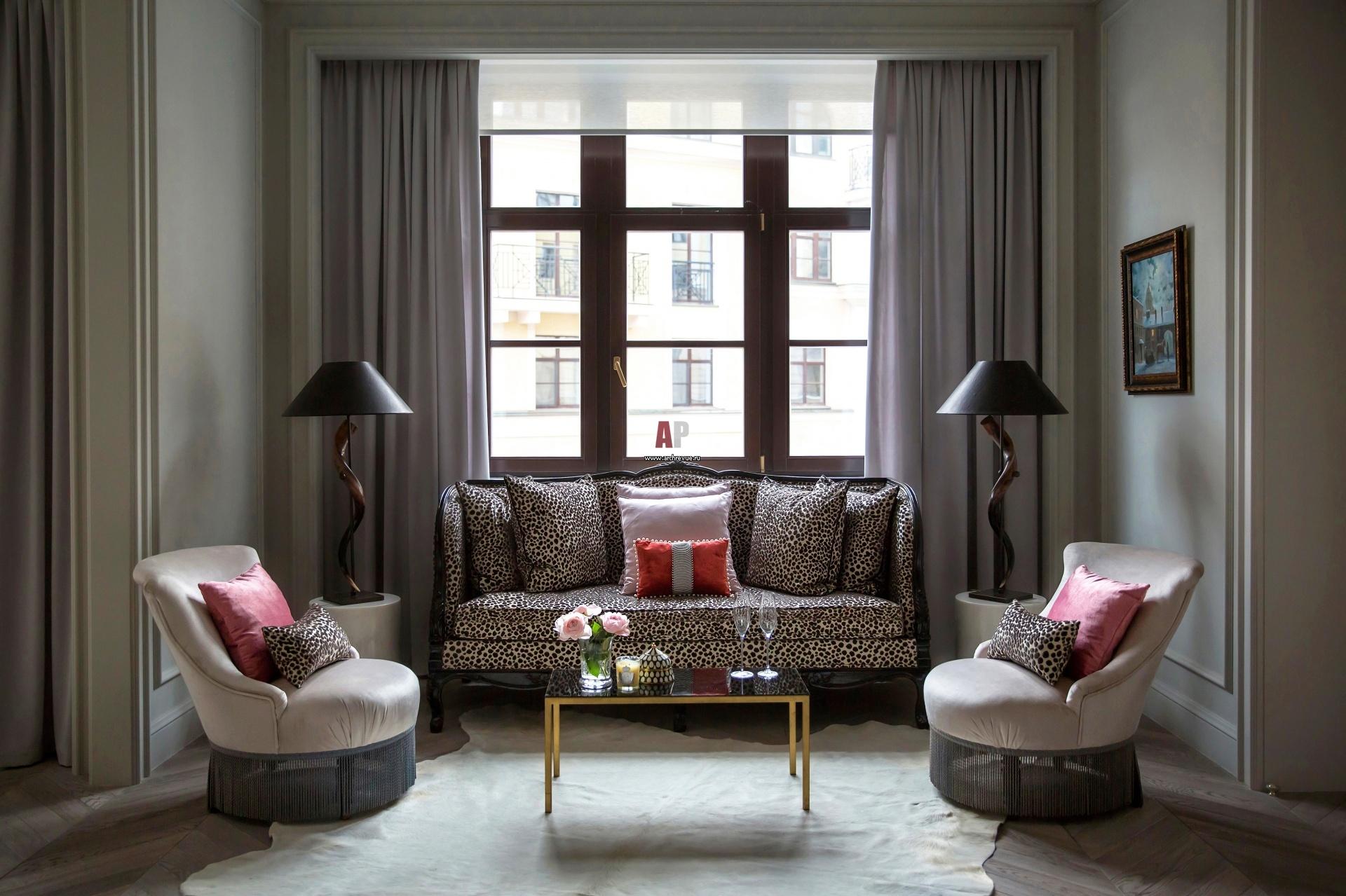 гостиная с диваном у окна