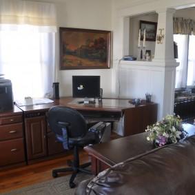 гостиная с компьютерным столом