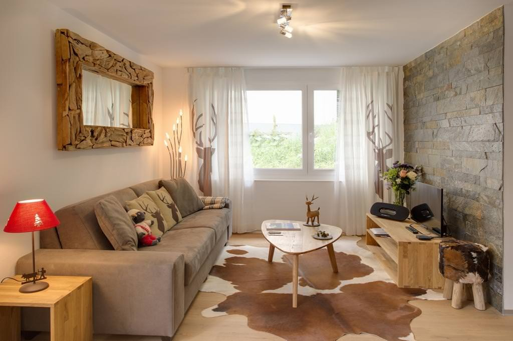 Современная гостиная в стиле эко в большой квартире
