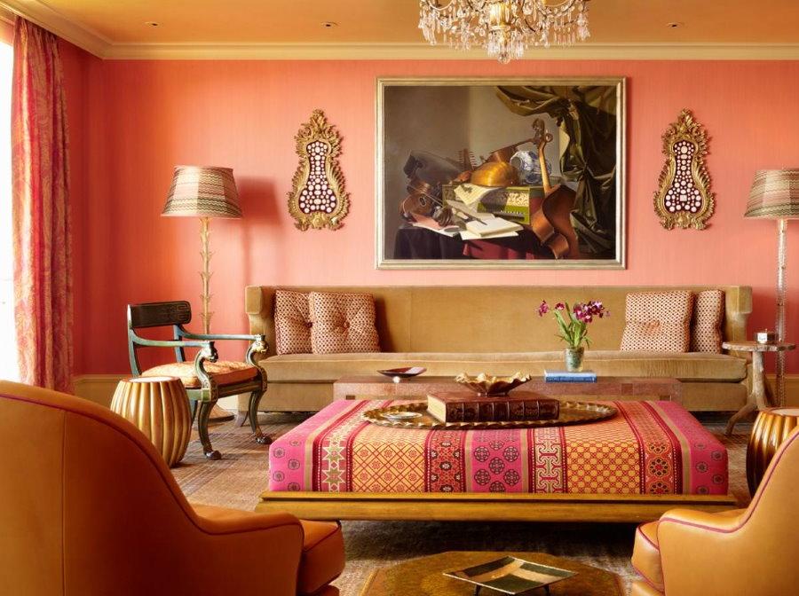 Персиковые стены в гостиной четырехкомнатной квартиры