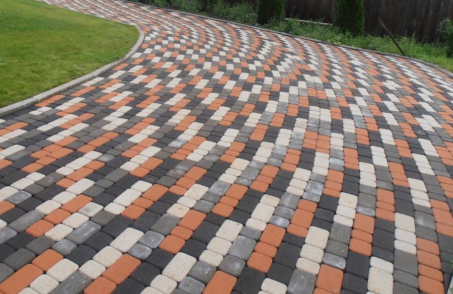Хаотичная укладка тротуарной плитки из цемента