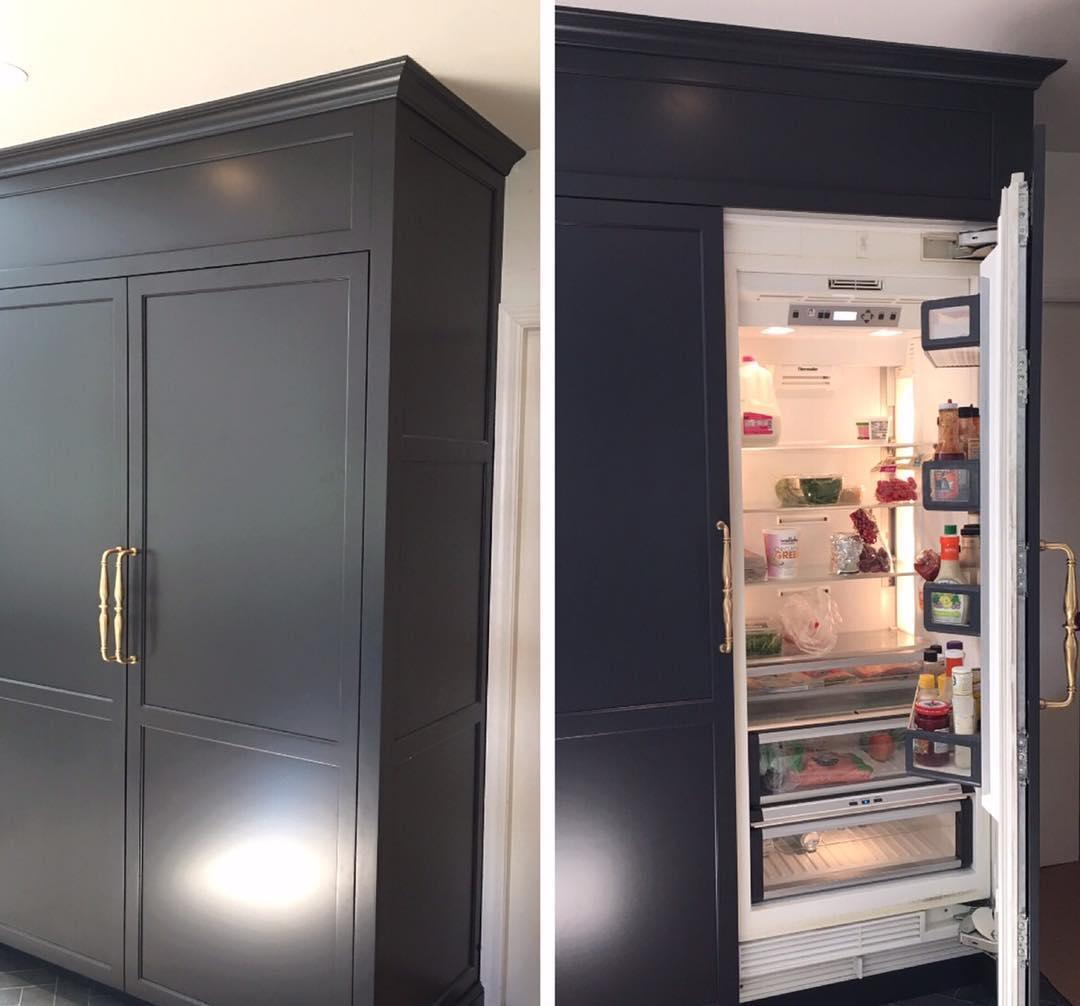 холодильник в коридоре в шкафу фото