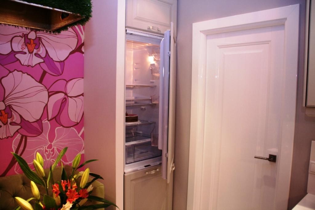 холодильник в узком шкафу