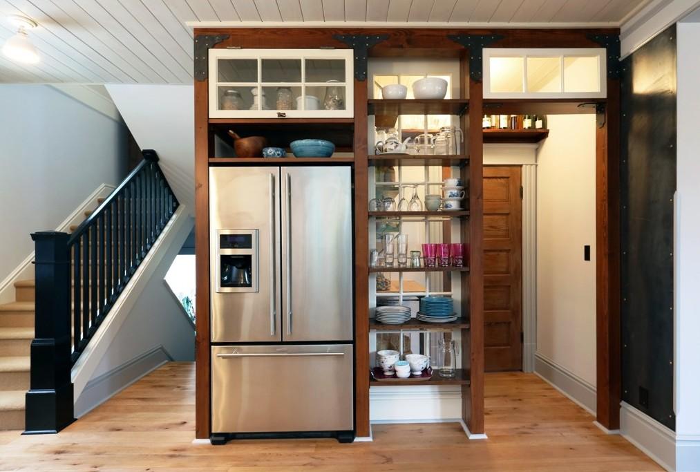 холодильник в прихожей