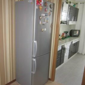 холодильник в прихожей и коридоре