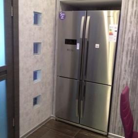 холодильник в прихожей и коридоре фото интерьера