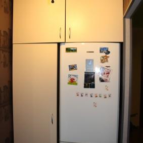 холодильник в прихожей и коридоре дизайн фото