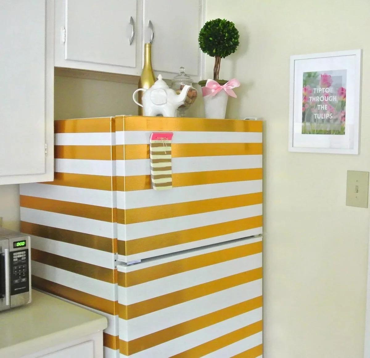 холодильник в золотом декоре