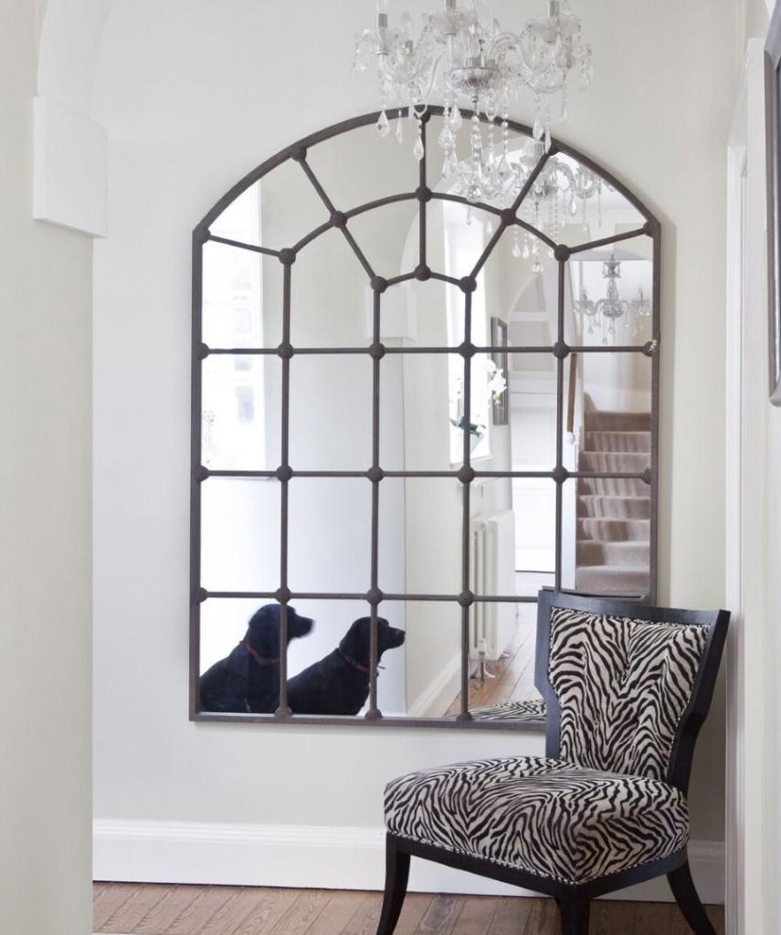 Фальш-окно в гостиной комнате загородного дома