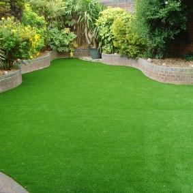 искусственный газон для дачи декор фото