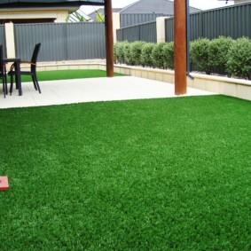 искусственный газон для дачи фото оформления