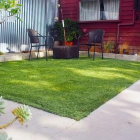 искусственный газон на даче фото
