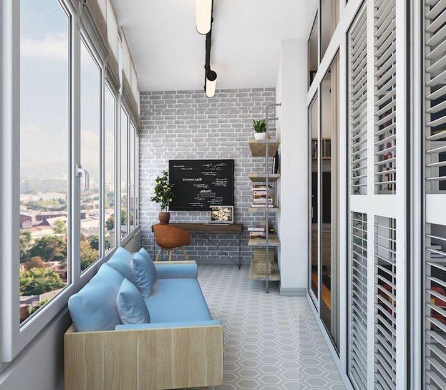 кабинет на балконе с диваном