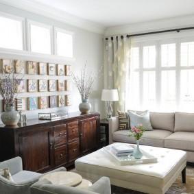 как разместить диван у окна идеи