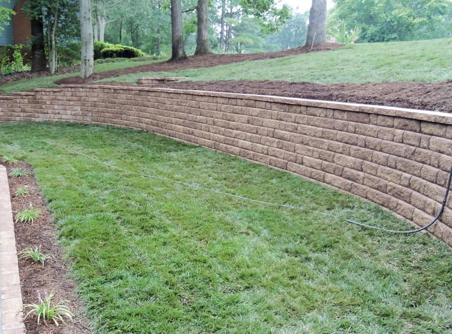 Каменная подпорная стенка высотой около метра