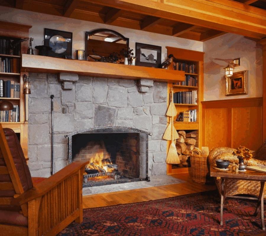Камин на дровах в комнате загородного дома