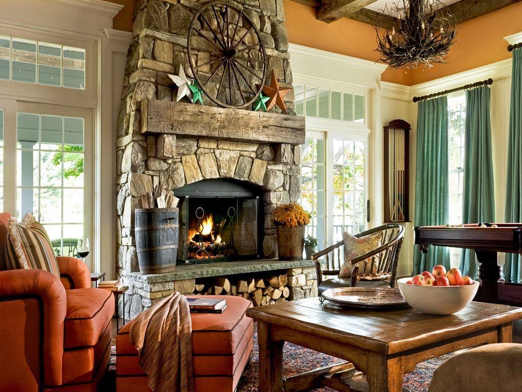 Интерьер гостиной в стиле кантри с камином