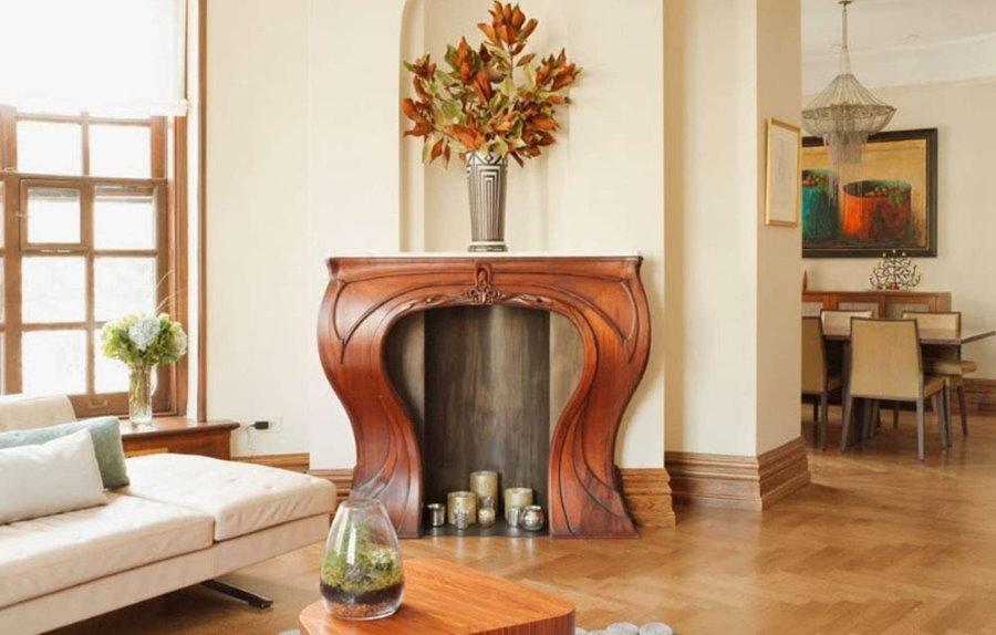 Деревянный камин в гостиной комнате