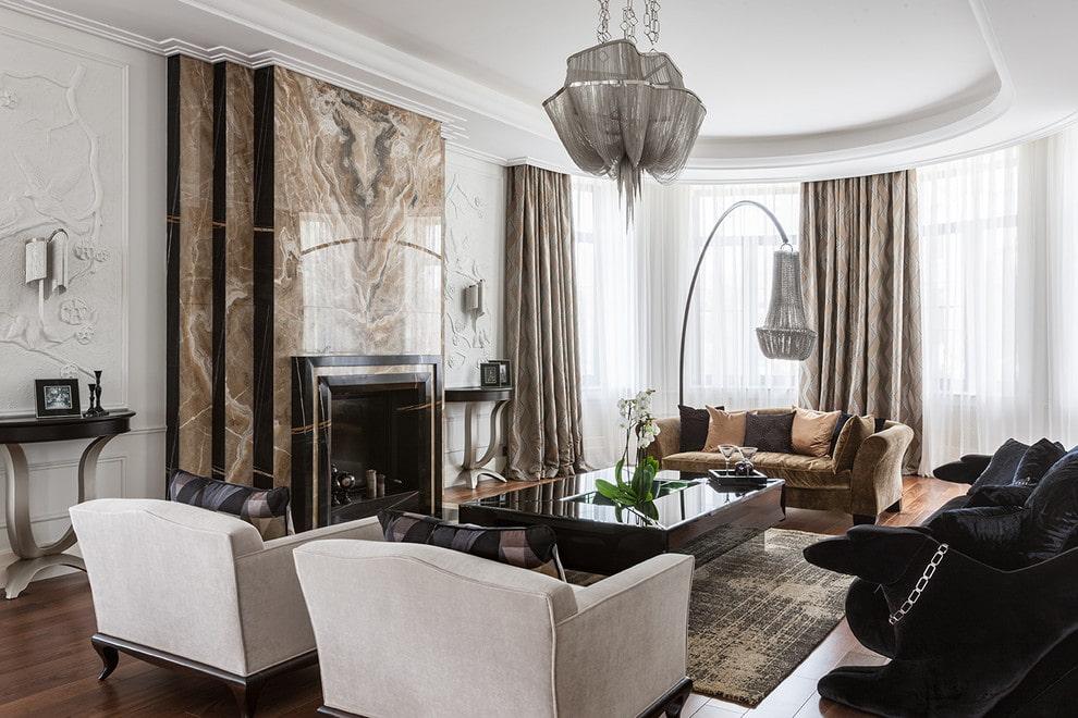 Каменная облицовка камина в гостиной неоклассического стиля