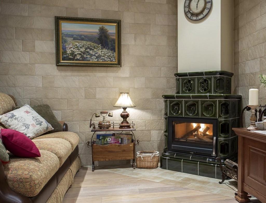 Дровяной камин в гостиной прованского стиля