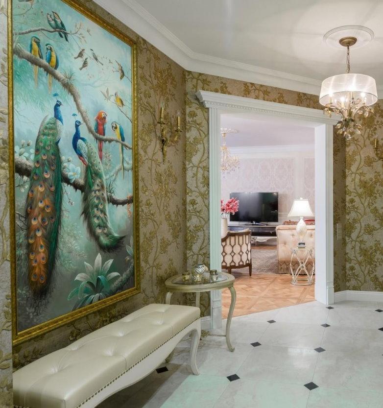 Картина с павлинами на стене классического коридора