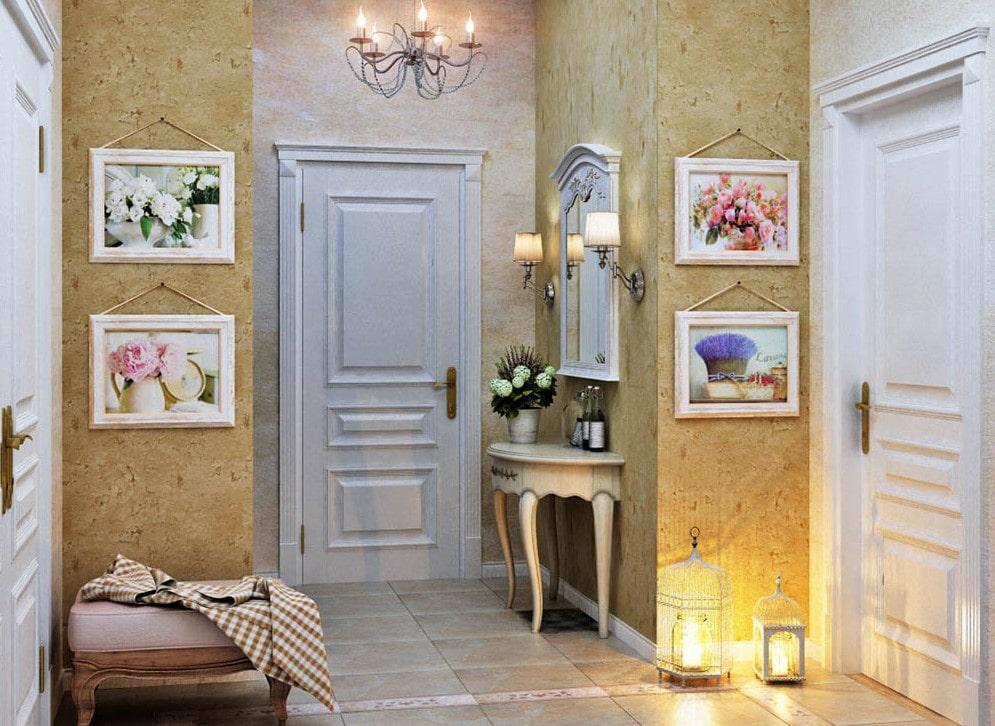 Декор коридора в стиле прованса картинами в рамках