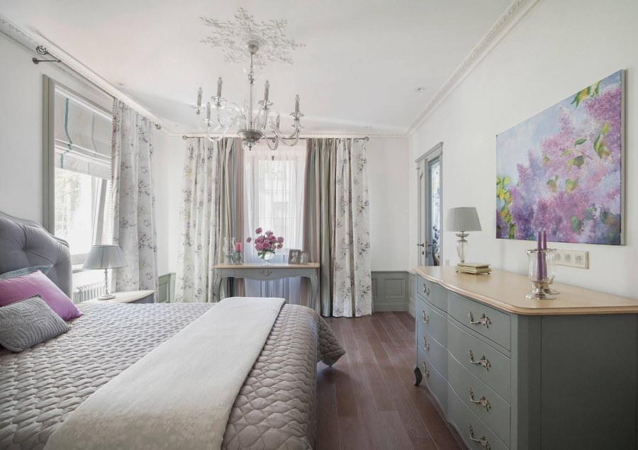 Картина над комодом в спальной комнате