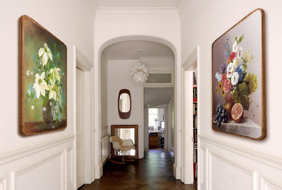 Картины маслом на стене узкого коридора