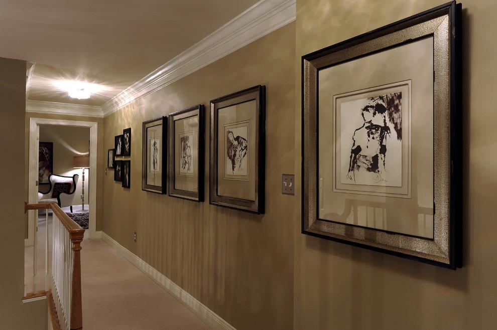 Картины в рамках на длинной стене коридора
