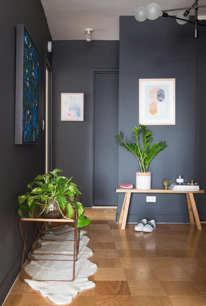 Декор картинами темно-серых стен прихожей