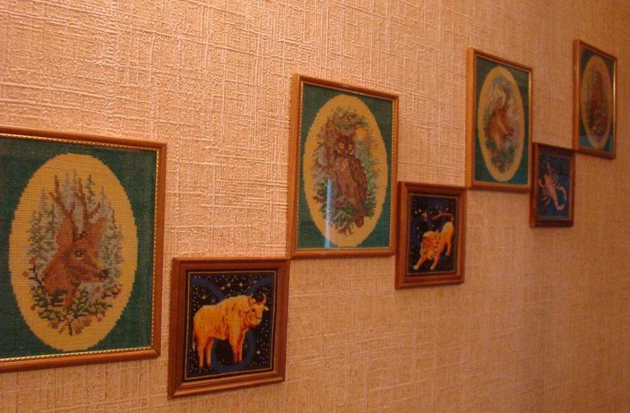 Картины с вышивкой крестиком на стене прихожей