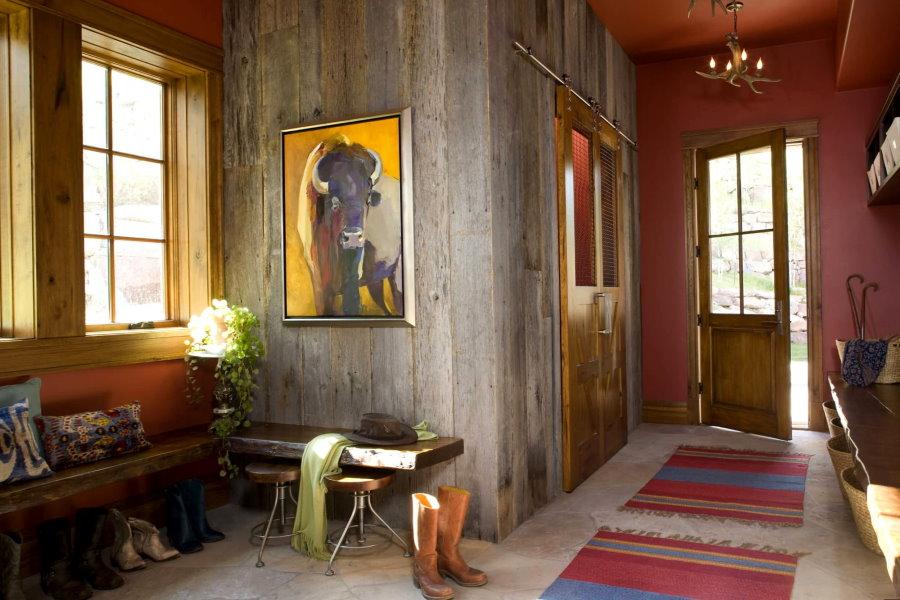 Картины в интерьере прихожей загородного дома