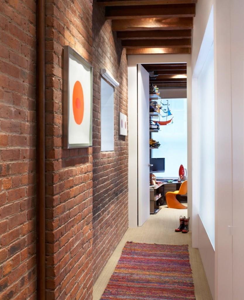 Обои под кирпич на стене узкого коридора