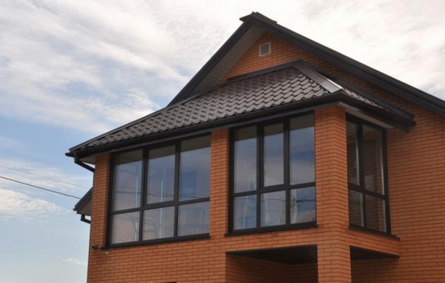 Металлочерепица на крыше балкона загородного дома