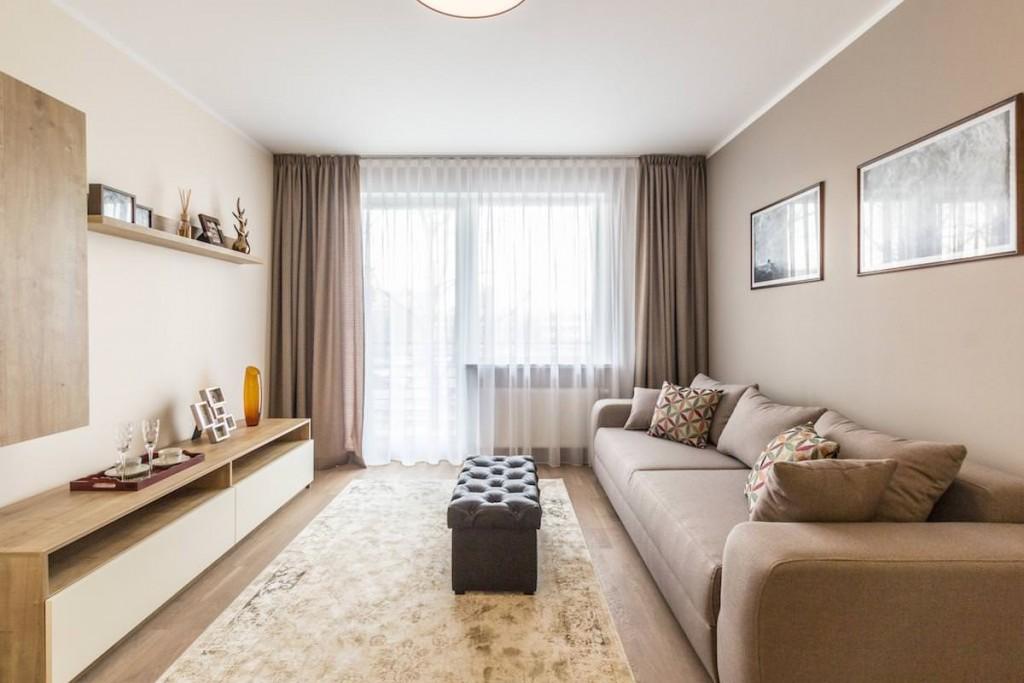 Классические занавески из плотной ткани в гостиной комнате