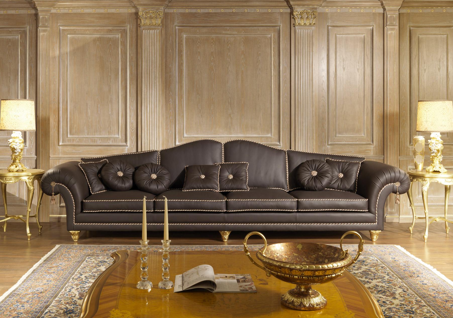 классический диван в гостиной темный