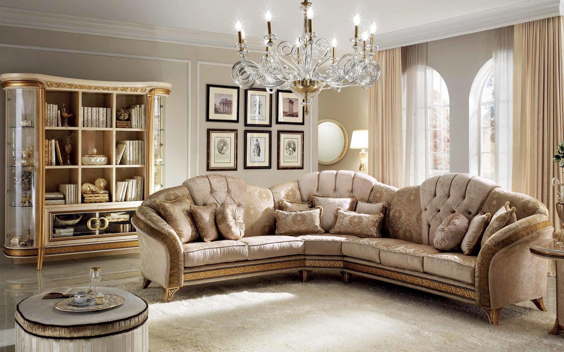 классический диван в гостиной