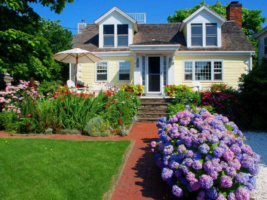 Обустройство цветника перед загородным домом