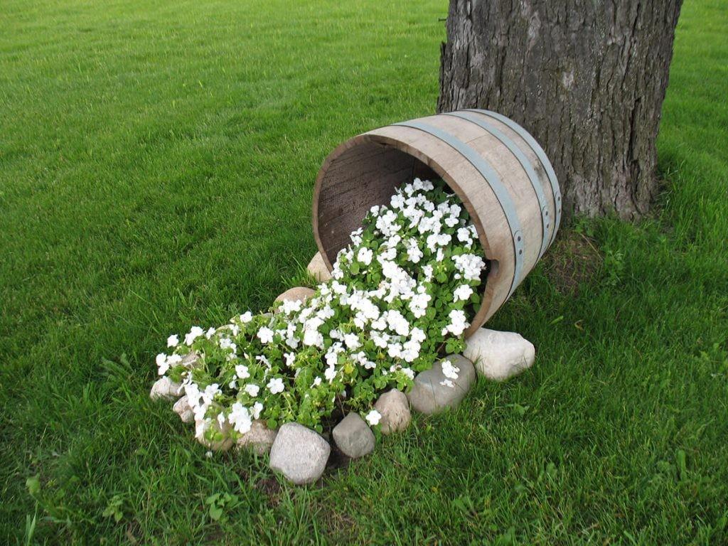 Клумба-ручей из деревянной кадки