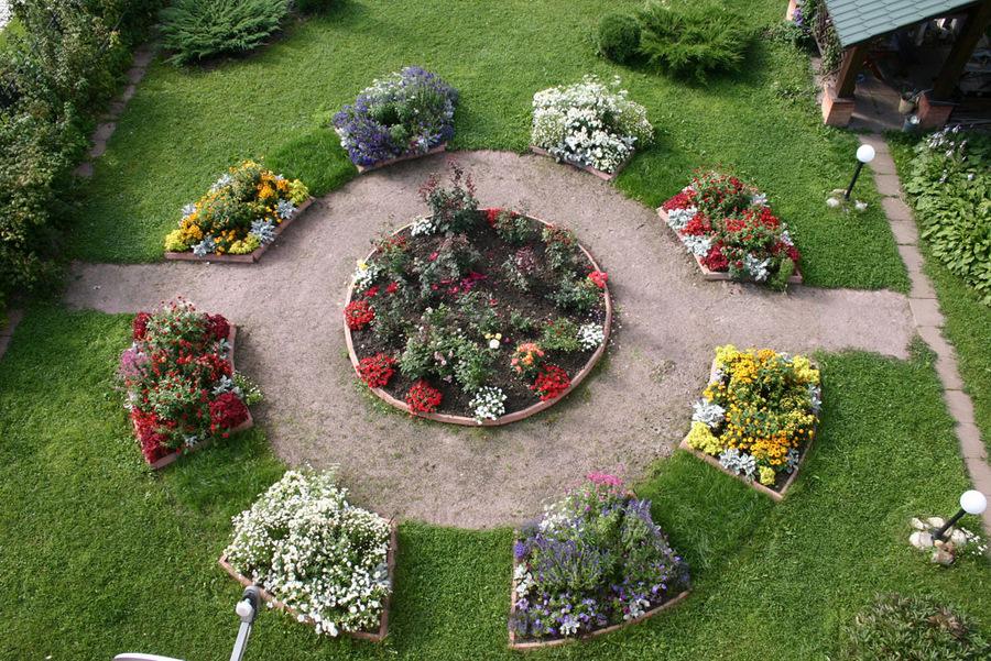 Симметричное оформление цветника перед домом