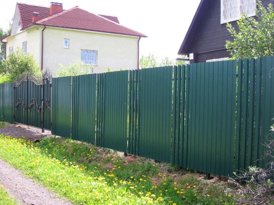 Забор из профлиста комбинированный штакетником через 4 штуки