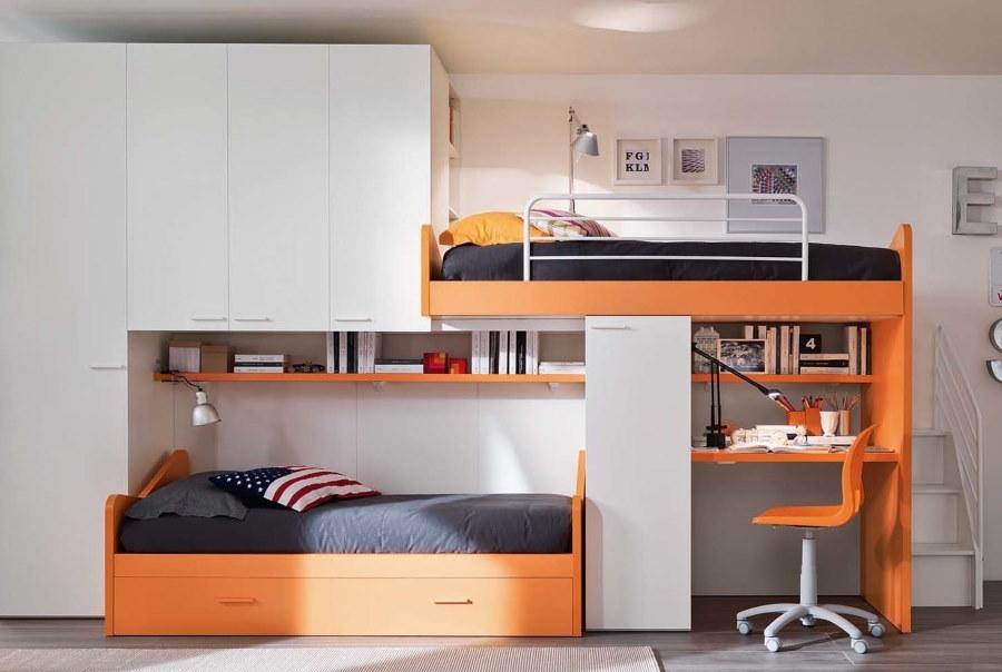 Яркая мебель в детской спальне 15 квадратов