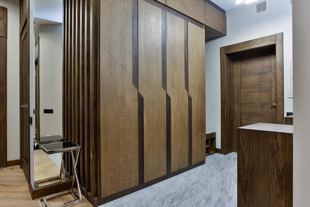 Стильный шкаф коричневого цвета в коридоре квартиры