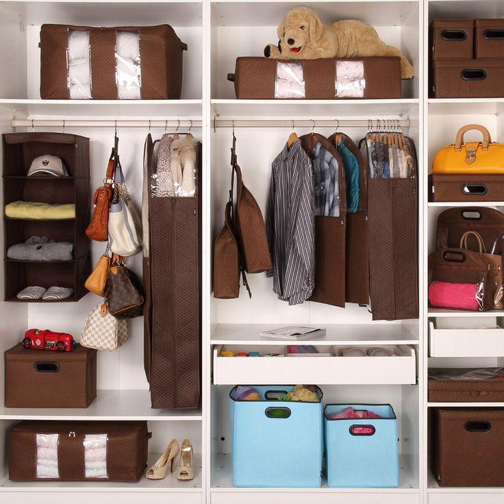 Коробки с аксессуарами на полках купейного шкафа