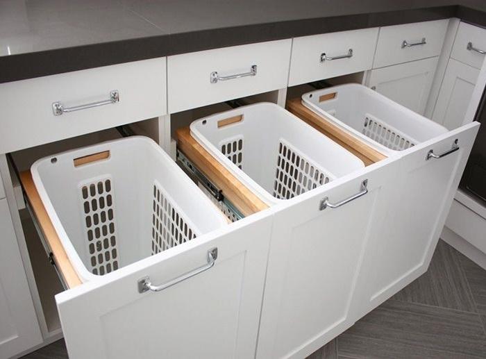 Выдвижные корзины для белья в прачечной комнате