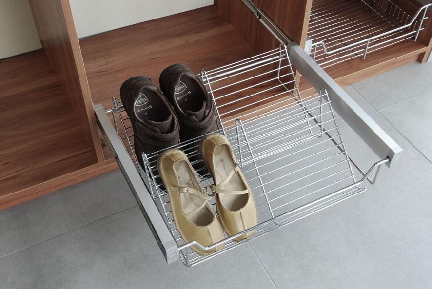 Выдвижная корзина для обуви в прихожей