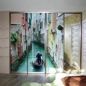 Фотопечать на стеклянных дверцах купейного шкафа