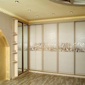 Белые стекла на дверцах раздвижного шкафа