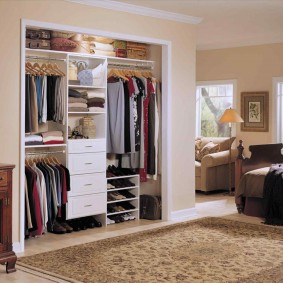Встроенный шкаф гардероб в спальном помещении