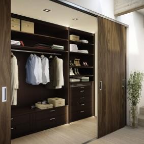 Узкая гардеробная с раздвижными дверями